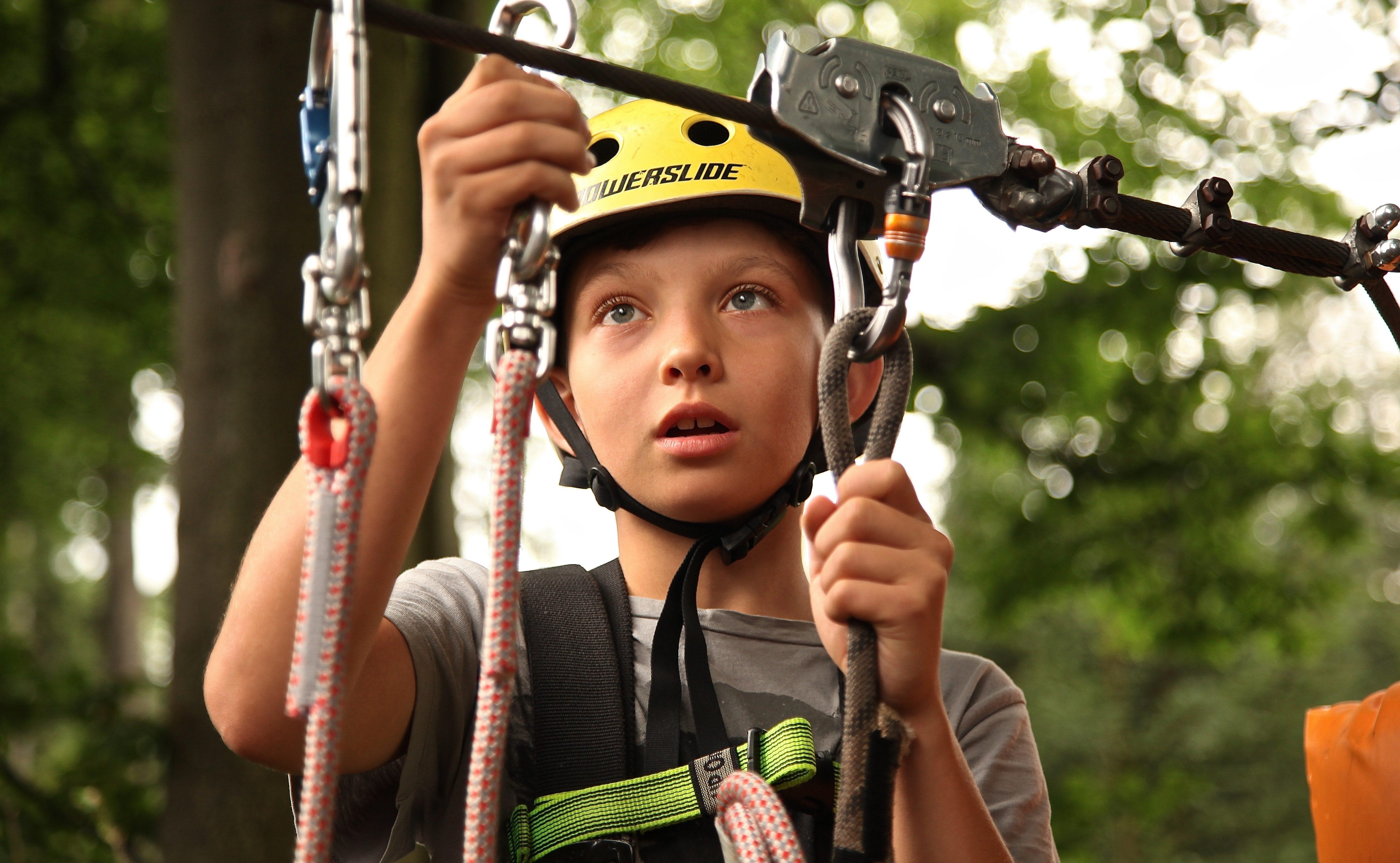 boy-climbing-climb-ropes